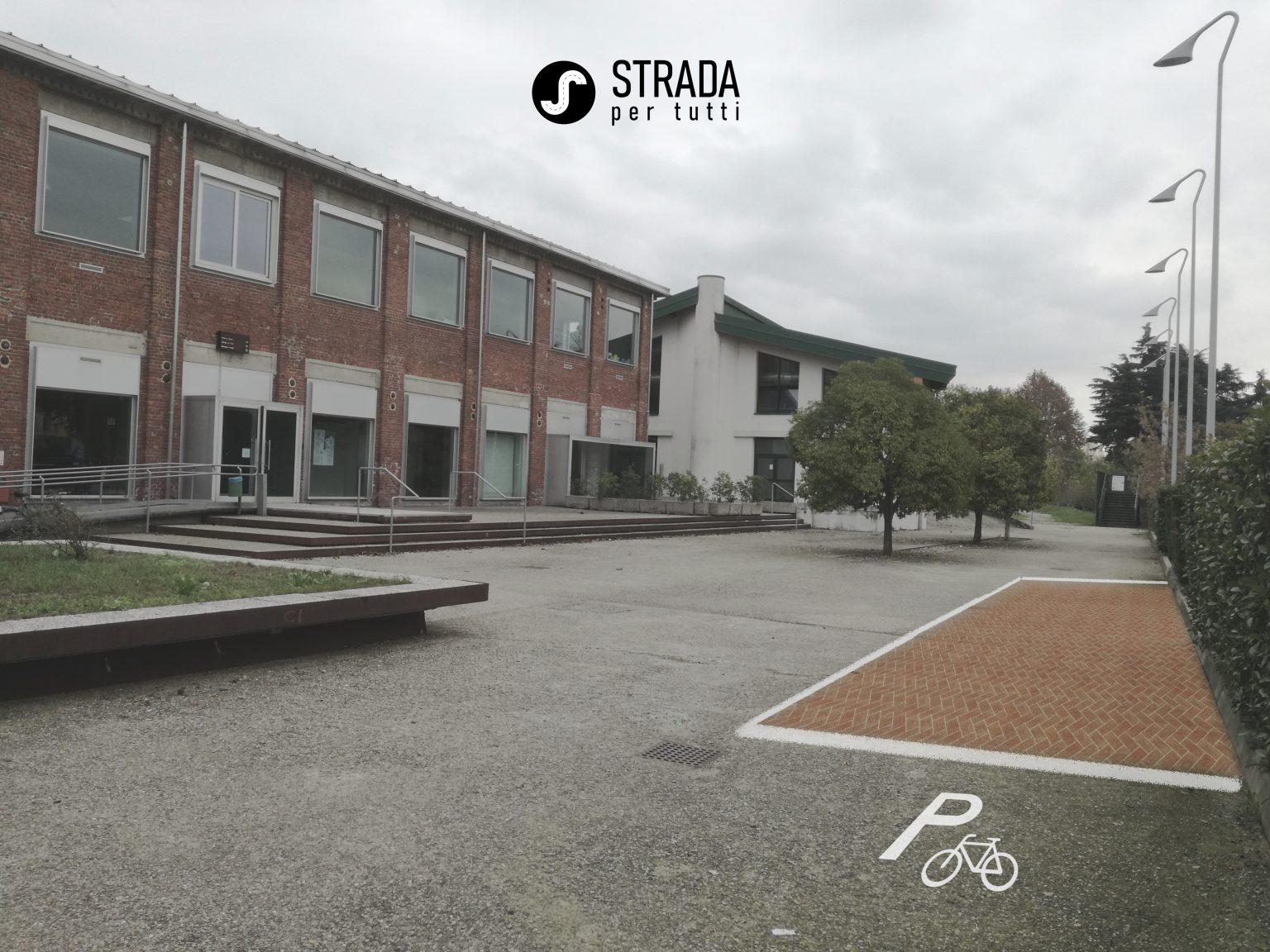 Parcheggio Biciclette (2/5)